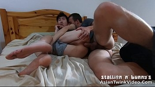 Romantic Asian-White Young Gay Couple Kissing and Fucking Bareback On Bed - AsianTwinkVideo.Com