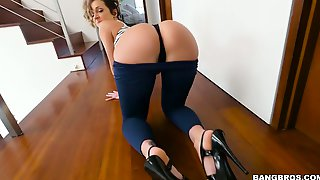 Bootyful hottie Jada Stevens enjoys sitting on dudes face