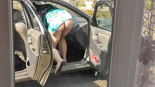 Neighbor mommy Milf without panties washes salon car in yard
